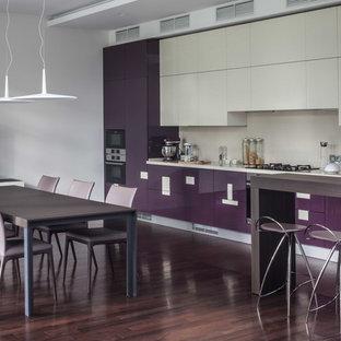 モスクワの中くらいのコンテンポラリースタイルのおしゃれなキッチン (アンダーカウンターシンク、フラットパネル扉のキャビネット、紫のキャビネット、珪岩カウンター、ベージュキッチンパネル、石スラブのキッチンパネル、黒い調理設備、濃色無垢フローリング、茶色い床、ベージュのキッチンカウンター) の写真