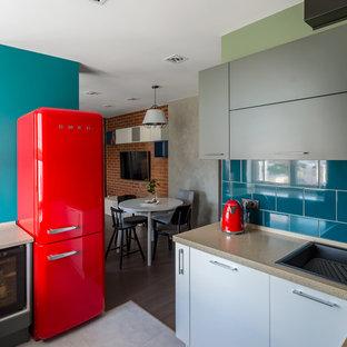 Стильный дизайн: кухня в стиле лофт с плоскими фасадами, серыми фасадами, синим фартуком, цветной техникой, серым полом и коричневой столешницей - последний тренд