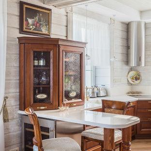 На фото: кухня среднего размера в классическом стиле с фасадами цвета дерева среднего тона, мраморной столешницей, бежевым фартуком, полуостровом, бежевым полом, одинарной раковиной и стеклянными фасадами с