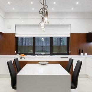 Источник вдохновения для домашнего уюта: п-образная кухня в современном стиле с тройной раковиной, плоскими фасадами, белыми фасадами, черным фартуком, двумя и более островами, белым полом и белой столешницей