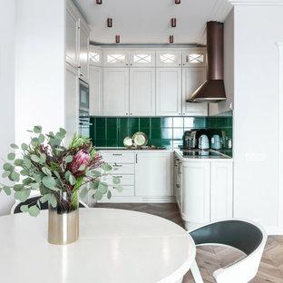 Стильный дизайн: маленькая п-образная кухня в современном стиле с белыми фасадами, столешницей из кварцевого агломерата, зеленым фартуком, полом из ламината, бежевым полом, обеденным столом, фасадами в стиле шейкер, техникой под мебельный фасад и белой столешницей без острова - последний тренд