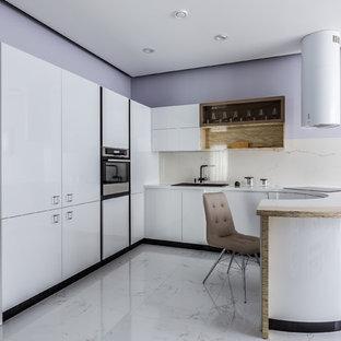 Неиссякаемый источник вдохновения для домашнего уюта: п-образная кухня в современном стиле с накладной раковиной, плоскими фасадами, белыми фасадами, белым фартуком, полуостровом, белым полом, белой столешницей и техникой под мебельный фасад