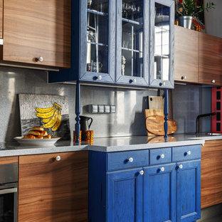 Пример оригинального дизайна: большая прямая кухня-гостиная в стиле фьюжн с серым полом, синими фасадами, столешницей из акрилового камня, серым фартуком, техникой из нержавеющей стали, островом и фасадами с утопленной филенкой