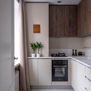 Стильный дизайн: угловая кухня в современном стиле с плоскими фасадами, бежевыми фасадами, бежевым фартуком, черной техникой, белой столешницей, монолитной раковиной и белым полом - последний тренд