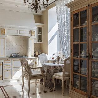 На фото: линейная кухня в классическом стиле с фасадами с утопленной филенкой, белыми фасадами, бежевой столешницей, белым фартуком и белым полом с