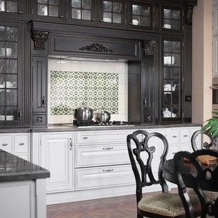 Geschlossene, Mittelgroße Klassische Küche in U-Form mit profilierten Schrankfronten, grauen Schränken, Mineralwerkstoff-Arbeitsplatte und Küchengeräten aus Edelstahl in Moskau