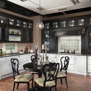 Пример оригинального дизайна: отдельная, п-образная кухня среднего размера в классическом стиле с фасадами с выступающей филенкой, столешницей из акрилового камня, техникой из нержавеющей стали и серыми фасадами