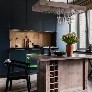 На фото: параллельная кухня-гостиная среднего размера в современном стиле с плоскими фасадами, синими фасадами, бежевым фартуком, фартуком из стеклянной плитки, техникой под мебельный фасад, островом, бежевым полом и серой столешницей с