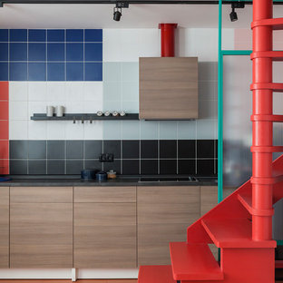 Создайте стильный интерьер: линейная кухня в стиле модернизм с плоскими фасадами, фасадами цвета дерева среднего тона, разноцветным фартуком, фартуком из керамической плитки, оранжевым полом и черной столешницей - последний тренд