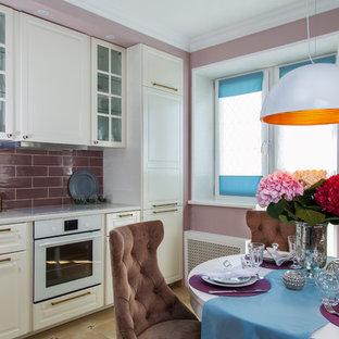Kleine Moderne Wohnküche ohne Insel mit profilierten Schrankfronten, weißen Schränken und weißen Elektrogeräten in Moskau