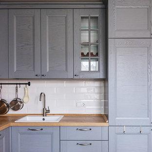 Idéer för att renovera ett litet skandinaviskt kök med öppen planlösning, med luckor med infälld panel, grå skåp, träbänkskiva, en nedsänkt diskho, vitt stänkskydd, stänkskydd i stenkakel, vita vitvaror, klinkergolv i porslin och grönt golv