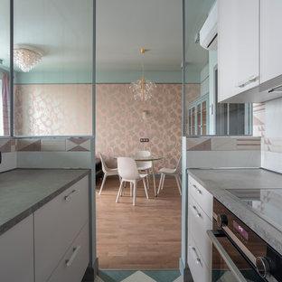 モスクワの小さいモダンスタイルのおしゃれなキッチン (アンダーカウンターシンク、フラットパネル扉のキャビネット、ベージュのキャビネット、ラミネートカウンター、白いキッチンパネル、セラミックタイルのキッチンパネル、黒い調理設備、セラミックタイルの床、アイランドなし、マルチカラーの床、茶色いキッチンカウンター) の写真