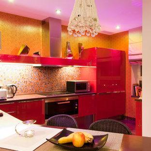 Offene, Große Moderne Küche in L-Form mit flächenbündigen Schrankfronten, Mineralwerkstoff-Arbeitsplatte, bunter Rückwand, Rückwand aus Mosaikfliesen und Elektrogeräten mit Frontblende in Moskau