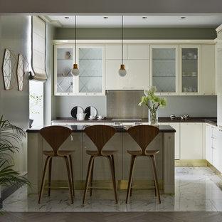 Неиссякаемый источник вдохновения для домашнего уюта: угловая кухня-гостиная в стиле современная классика с накладной раковиной, плоскими фасадами, столешницей из кварцита, серым фартуком, фартуком из металлической плитки, белой техникой, полом из керамогранита, островом, белым полом, коричневой столешницей и бежевыми фасадами