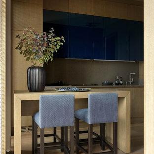 Modern inredning av ett stort grå linjärt grått kök och matrum, med en enkel diskho, släta luckor, lila skåp, bänkskiva i kvartsit, grått stänkskydd, rostfria vitvaror, mellanmörkt trägolv och brunt golv
