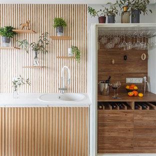Пример оригинального дизайна: маленькая отдельная, угловая кухня в современном стиле с врезной раковиной, плоскими фасадами, желтыми фасадами, белым фартуком и черной техникой без острова