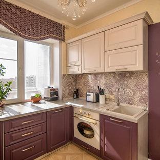 他の地域の中くらいのトランジショナルスタイルのおしゃれなコの字型キッチン (レイズドパネル扉のキャビネット、紫のキャビネット、ラミネートカウンター、ベージュキッチンパネル、ガラス板のキッチンパネル、白い調理設備、ラミネートの床、ベージュの床、ベージュのキッチンカウンター) の写真