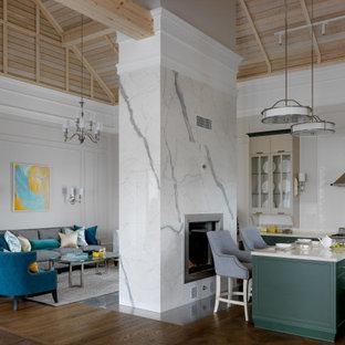 Стильный дизайн: кухня-гостиная в стиле неоклассика (современная классика) с фасадами с утопленной филенкой, зелеными фасадами, белым фартуком, техникой из нержавеющей стали, темным паркетным полом, островом, коричневым полом, белой столешницей и потолком из вагонки - последний тренд