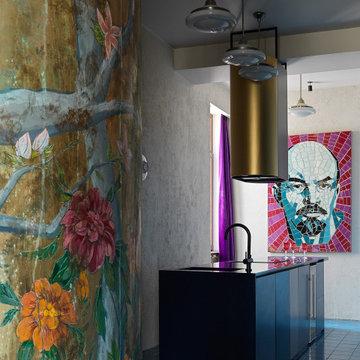 Кухня и стена с состаренной росписью в стиле шинуазри