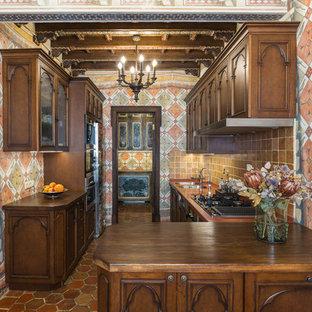 Стильный дизайн: параллельная кухня в классическом стиле с двойной раковиной, фасадами цвета дерева среднего тона, коричневым фартуком, деревянной столешницей и коричневой столешницей - последний тренд