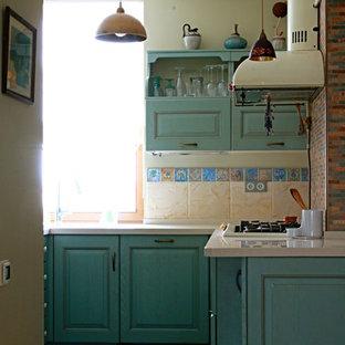 モスクワの小さいトラディショナルスタイルのおしゃれなキッチン (ドロップインシンク、レイズドパネル扉のキャビネット、ターコイズのキャビネット、人工大理石カウンター、マルチカラーのキッチンパネル、大理石のキッチンパネル、セラミックタイルの床、青い床、ベージュのキッチンカウンター) の写真