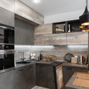 モスクワの小さいインダストリアルスタイルのおしゃれなキッチン (ドロップインシンク、フラットパネル扉のキャビネット、グレーのキャビネット、木材カウンター、茶色いキッチンパネル、木材のキッチンパネル、シルバーの調理設備の、ラミネートの床、グレーの床、茶色いキッチンカウンター) の写真