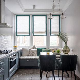 モスクワの中サイズのトランジショナルスタイルのおしゃれなキッチン (アンダーカウンターシンク、グレーのキャビネット、クオーツストーンカウンター、ベージュキッチンパネル、大理石の床、シルバーの調理設備の、セラミックタイルの床、アイランドなし、茶色い床、ベージュのキッチンカウンター、落し込みパネル扉のキャビネット) の写真