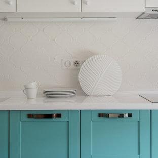 Eklektisk inredning av ett mellanstort vit vitt kök, med en integrerad diskho, luckor med upphöjd panel, turkosa skåp, bänkskiva i koppar, vitt stänkskydd, stänkskydd i keramik, rostfria vitvaror, klinkergolv i porslin och beiget golv