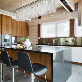 На фото: угловая кухня-гостиная в современном стиле с плоскими фасадами, фасадами цвета дерева среднего тона, фартуком цвета металлик, островом и цветной техникой с