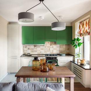 Пример оригинального дизайна: линейная кухня-гостиная среднего размера в стиле фьюжн с монолитной раковиной, плоскими фасадами, зелеными фасадами, столешницей из кварцевого композита, фартуком из керамической плитки, полом из керамической плитки, белым полом, бежевым фартуком, техникой из нержавеющей стали и серой столешницей без острова