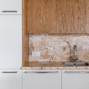 Источник вдохновения для домашнего уюта: кухня в современном стиле с накладной раковиной, плоскими фасадами, белыми фасадами, бежевым фартуком и бежевой столешницей