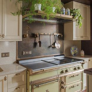 Создайте стильный интерьер: кухня в стиле современная классика с монолитной раковиной, фасадами с утопленной филенкой, белыми фасадами, цветной техникой, разноцветным полом и бежевой столешницей - последний тренд