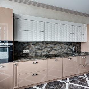 Immagine di una cucina chic di medie dimensioni con lavello a doppia vasca, ante lisce, ante marroni, top in superficie solida, paraspruzzi marrone, elettrodomestici in acciaio inossidabile, pavimento in gres porcellanato, pavimento marrone e top marrone