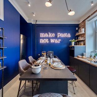 Esempio di una cucina industriale chiusa con ante lisce, ante nere, paraspruzzi in mattoni, elettrodomestici neri, isola e pavimento bianco