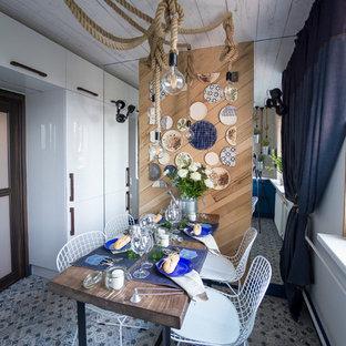 Выдающиеся фото от архитекторов и дизайнеров интерьера: маленькая отдельная кухня в морском стиле с полом из керамической плитки без острова