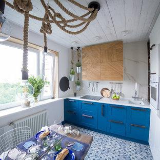 モスクワの中サイズのエクレクティックスタイルのおしゃれなキッチン (アンダーカウンターシンク、人工大理石カウンター、白いキッチンパネル、セラミックタイルの床、アイランドなし、シェーカースタイル扉のキャビネット、白い調理設備、石スラブのキッチンパネル、マルチカラーの床) の写真