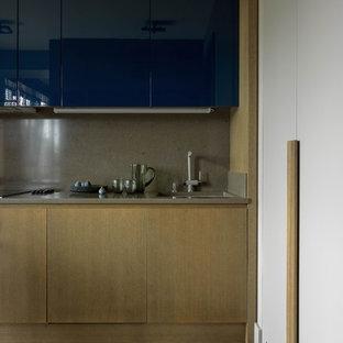 Idéer för stora funkis linjära grått kök och matrum, med en enkel diskho, släta luckor, lila skåp, bänkskiva i kvartsit, grått stänkskydd, rostfria vitvaror, mellanmörkt trägolv och brunt golv