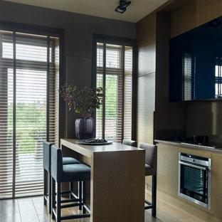 Réalisation d'une grand cuisine américaine linéaire design avec un évier 1 bac, un placard à porte plane, des portes de placard violettes, un plan de travail en quartz, une crédence grise, un électroménager en acier inoxydable, un sol en bois brun, aucun îlot, un sol marron et un plan de travail gris.