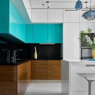 Foto de cocina en L, contemporánea, de tamaño medio, con fregadero bajoencimera, armarios con paneles lisos, puertas de armario turquesas, salpicadero negro, una isla, suelo blanco y encimeras negras