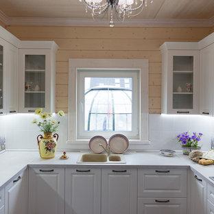 Идея дизайна: п-образная кухня в классическом стиле с накладной раковиной, фасадами с выступающей филенкой и белыми фасадами