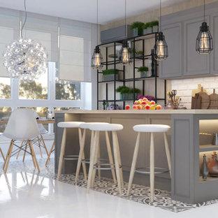 他の地域の中くらいのトランジショナルスタイルのおしゃれなキッチン (アンダーカウンターシンク、フラットパネル扉のキャビネット、グレーのキャビネット、白いキッチンパネル、レンガのキッチンパネル、パネルと同色の調理設備、セラミックタイルの床、白い床) の写真