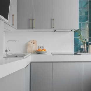 Неиссякаемый источник вдохновения для домашнего уюта: отдельная, п-образная кухня в стиле фьюжн с накладной раковиной, плоскими фасадами, серыми фасадами, столешницей из акрилового камня, белым фартуком, разноцветным полом и белой столешницей без острова