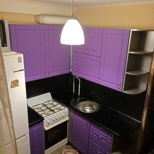 Exempel på ett avskilt, litet modernt svart svart l-kök, med en undermonterad diskho, luckor med infälld panel, lila skåp, laminatbänkskiva, svart stänkskydd, stänkskydd i trä, vita vitvaror, laminatgolv och brunt golv