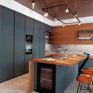 На фото: большая угловая кухня в современном стиле с одинарной раковиной, плоскими фасадами, черными фасадами, деревянной столешницей, серым фартуком, техникой под мебельный фасад, полом из керамогранита, островом, серым полом и коричневой столешницей