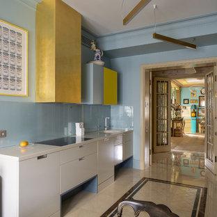 Свежая идея для дизайна: линейная, отдельная кухня среднего размера в стиле фьюжн с плоскими фасадами, белыми фасадами, синим фартуком, фартуком из стекла, белой столешницей и разноцветным полом без острова - отличное фото интерьера