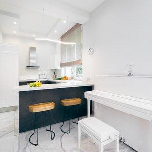 Идея дизайна: отдельная, угловая кухня в современном стиле с плоскими фасадами, серыми фасадами, белым фартуком, полуостровом и серым полом