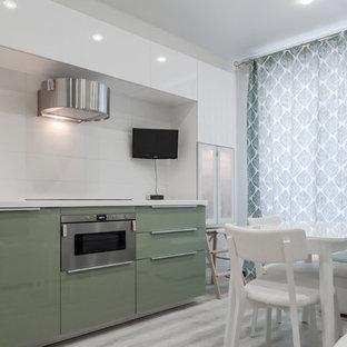 サンクトペテルブルクの中くらいのコンテンポラリースタイルのおしゃれなキッチン (アンダーカウンターシンク、フラットパネル扉のキャビネット、白いキャビネット、人工大理石カウンター、白いキッチンパネル、セラミックタイルのキッチンパネル、シルバーの調理設備、クッションフロア、アイランドなし、ベージュの床、白いキッチンカウンター) の写真