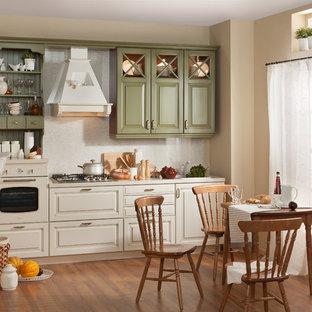 Пример оригинального дизайна: маленькая отдельная, линейная кухня в классическом стиле с одинарной раковиной, фасадами с выступающей филенкой, зелеными фасадами, столешницей из ламината, бежевым фартуком, цветной техникой, полом из ламината, коричневым полом и бежевой столешницей без острова