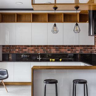 На фото: п-образная кухня в стиле лофт с плоскими фасадами, белыми фасадами, черным фартуком, полуостровом, серым полом и черной столешницей