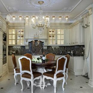Новый формат декора квартиры: п-образная кухня в викторианском стиле с фасадами с выступающей филенкой, белыми фасадами, черным фартуком и техникой из нержавеющей стали без острова